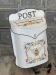 Plechová retro poštovní schránka se včelkou Bee Post clayre eef